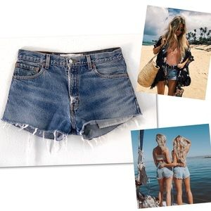 LEVI'S DISTRESSED LEVI'S SHORTS